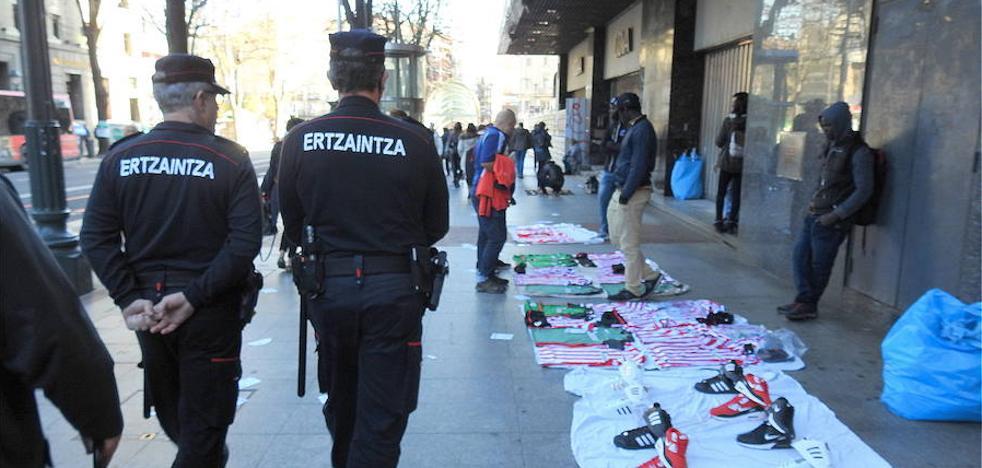 Los comerciantes vizcaínos proponen combatir el 'top manta' con multas al comprador