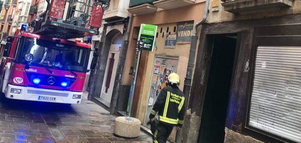 Una vela provoca un incendio en un bloque de la calle Zapatería