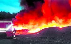Once horas para sofocar un incendio de papel prensado en el vertedero de Zalla