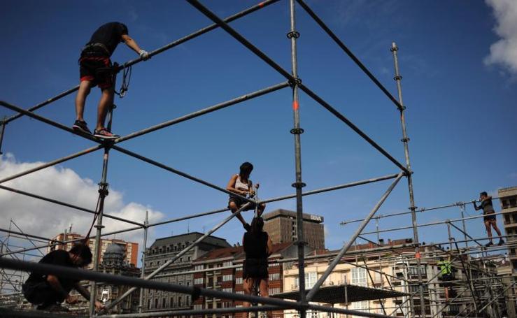400 personas ya trabajan en el montaje de las txosnas en El Arenal