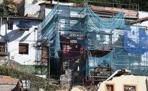 Heridos dos operarios al desplomarse parte de una casa que derribaban en el Peñascal