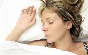 Esta es la mejor postura para dormir y descansar según la ciencia