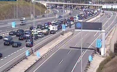 Un accidente con cuatro heridos en Ortuella complica el tráfico durante la mañana en la A-8 sentido Cantabria