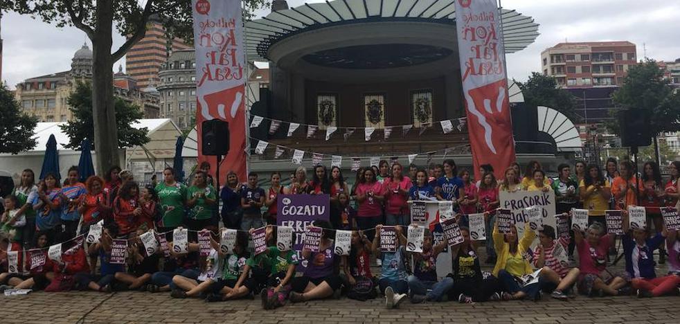 Miles de banderines morados con mensaje por una Aste Nagusia sin ataques machistas