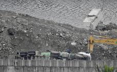 Rescatan a un camionero que había quedado atrapado al volcar en las obras de Zorrozaurre