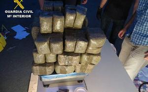 Detienen a tres vizcaínos de una red que transportaba 520 kilos de hachís a Francia