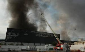 Un incendio calcina la planta de la fábrica de quesos Aldanondo en Salvatierra