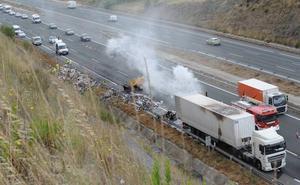 Bomberos de Miranda extinguen el incendio de un camión en la A-1 que provoca largas retenciones en Armiñón