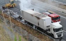 El incendio de un camión en la A-1 ha provocado importantes retenciones en Armiñón
