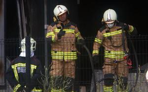Los bomberos trabajan para rematar los rescoldos del fuego en la quesería Aldanondo