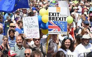 'Brexit'-a bai, 'brexit'-a ez, iritziz ari dira aldatzen Erresuma Batuko bizilagun asko