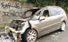 Un coche queda calcinado tras sufrir una avería en Santurtzi