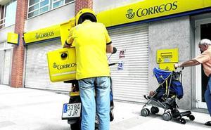 Quejas por esperas «excesivas» en Correos: «No da tiempo a hacer las entregas y las cartas se acumulan día a día»
