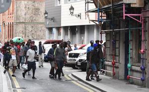 Los vecinos de Bilbao la Vieja ya atienden a 150 migrantes