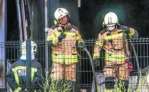 Los bomberos trabajan ya en el enfriamiento de la estructura de la quesería Aldanondo