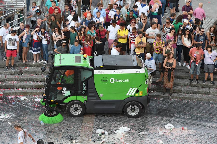 Los servicios de limpieza recogen la Plaza del Arriaga