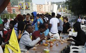 Los 135 migrantes que pernoctan en Santutxu desayunan ante el Ayuntamiento de Bilbao para pedir «más implicación»