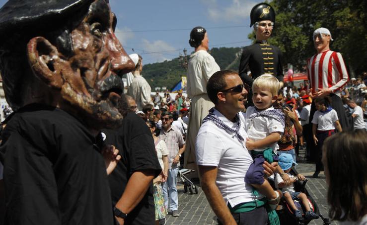 Las familias se divierten en el pasacalles de gigantes y cabezudos de la Aste Nagusia