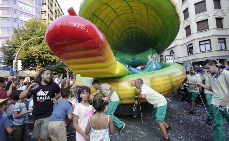 El desfile de la Ballena llena de color Bilbao