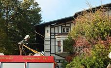 Un incendio calcina la cubierta de la antigua residencia Zubialde en Vitoria