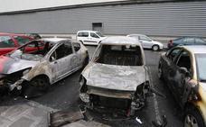 Arden cuatro coches estacionados en la parte trasera del Megapark
