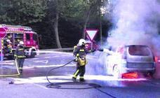 Un conductor logra salir de la A-8 con su furgoneta en llamas