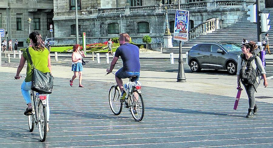 Ciclistas por las aceras en Bilbao: entre el despiste y la inseguridad