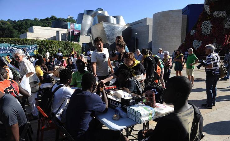 Desayuno solidario para migrantes frente al Guggenheim