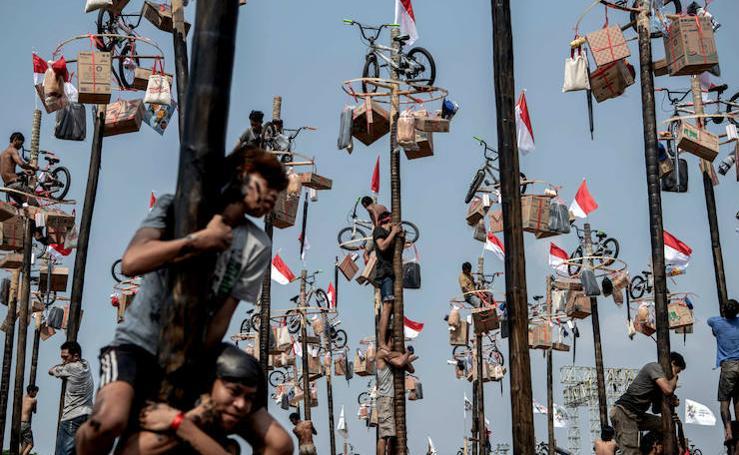 Panjat Pinang, escalada en poste en los Juegos Asiáticos de Yakarta