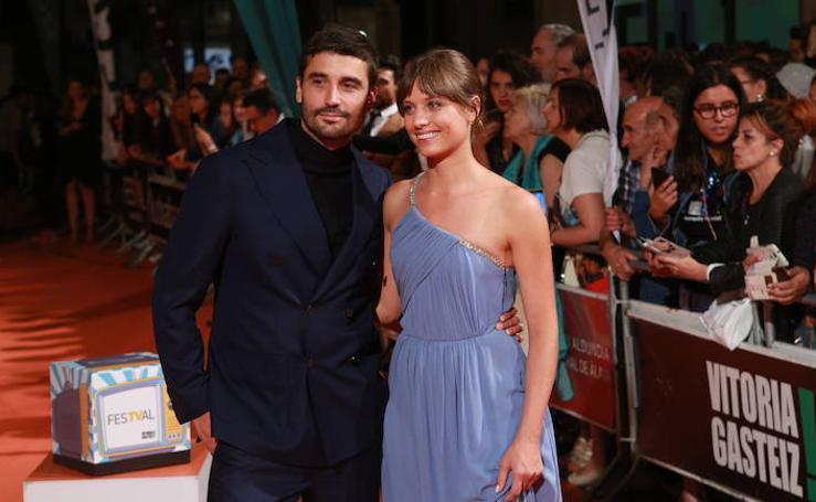 La primera alfombra naranja del FesTVal recibe a los actores de 'El Continental'