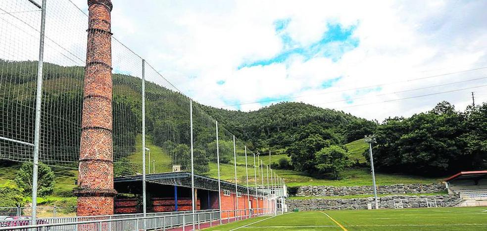 Arreglar los defectos del campo de fútbol de Alonsotegi abierto en 2006 costará 1 millón