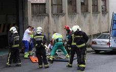 Un transportista vitoriano resulta herido grave al caerle encima una plancha de acero en Eibar