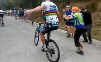 El 'caballito' sin manos de Sagan subiendo el Oiz