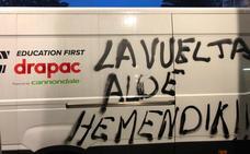 Nueve vehículos de la Vuelta amanecen con pintadas en Portugalete y Barakaldo