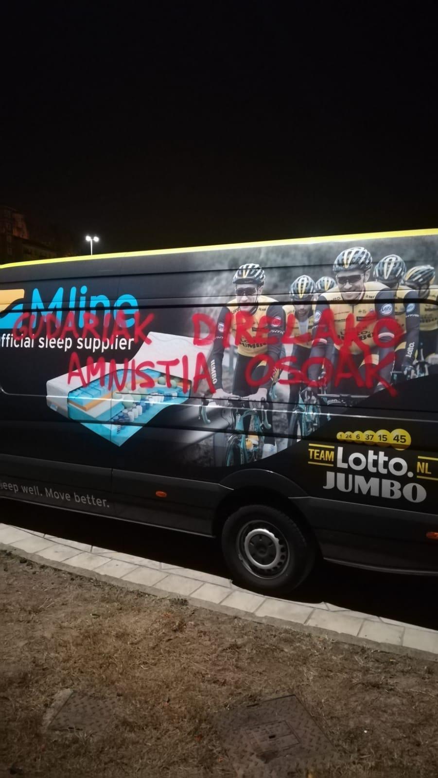 Aparecen con pintadas nueve coches de equipos de la Vuelta a España en Portugalete y Barakaldo