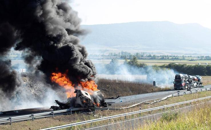 Las fotos del espectacular incendio tras el choque entre dos camiones en Salvatierra (Álava)
