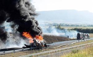 El incendio de un camión cargado de gasolina corta la A-1 en Salvatierra durante horas