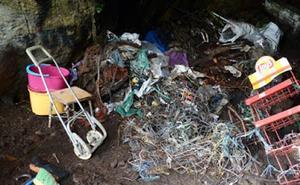 Voluntarios limpiarán mañana la cueva del Ermitaño en el monte Serantes