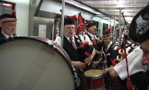 Viaje en metro a ritmo de gaiteros escoceses