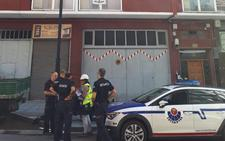 Fallece un trabajador al caer el balcón de un cuarto piso en Ondarroa