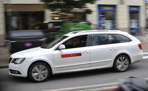 Dos jóvenes amenazan con una jeringuilla a un taxista en Bilbao para atracarle