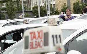 Los taxistas debaten hoy si vuelven a las movilizaciones contra Uber y Cabify