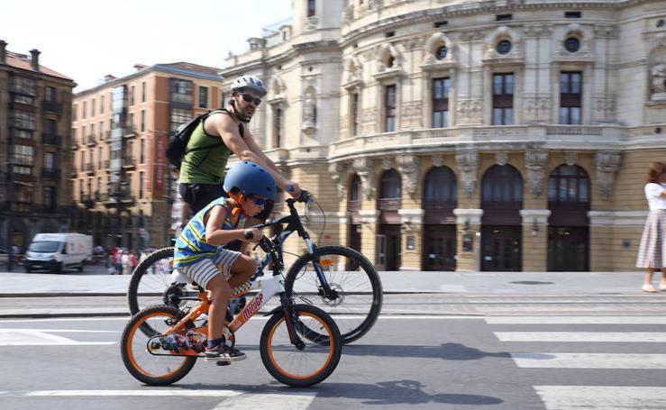 Alrededor de un millar de personas participan en Bilbao en el Paseo Popular en Bicicleta