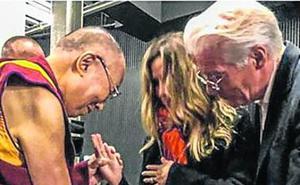 El Dalai Lama bendice el embarazo de Alejandra Gere