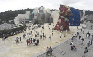 La rotura de un sumidero inunda de olor a cañerías la zona del Bellas Artes y del Guggenheim