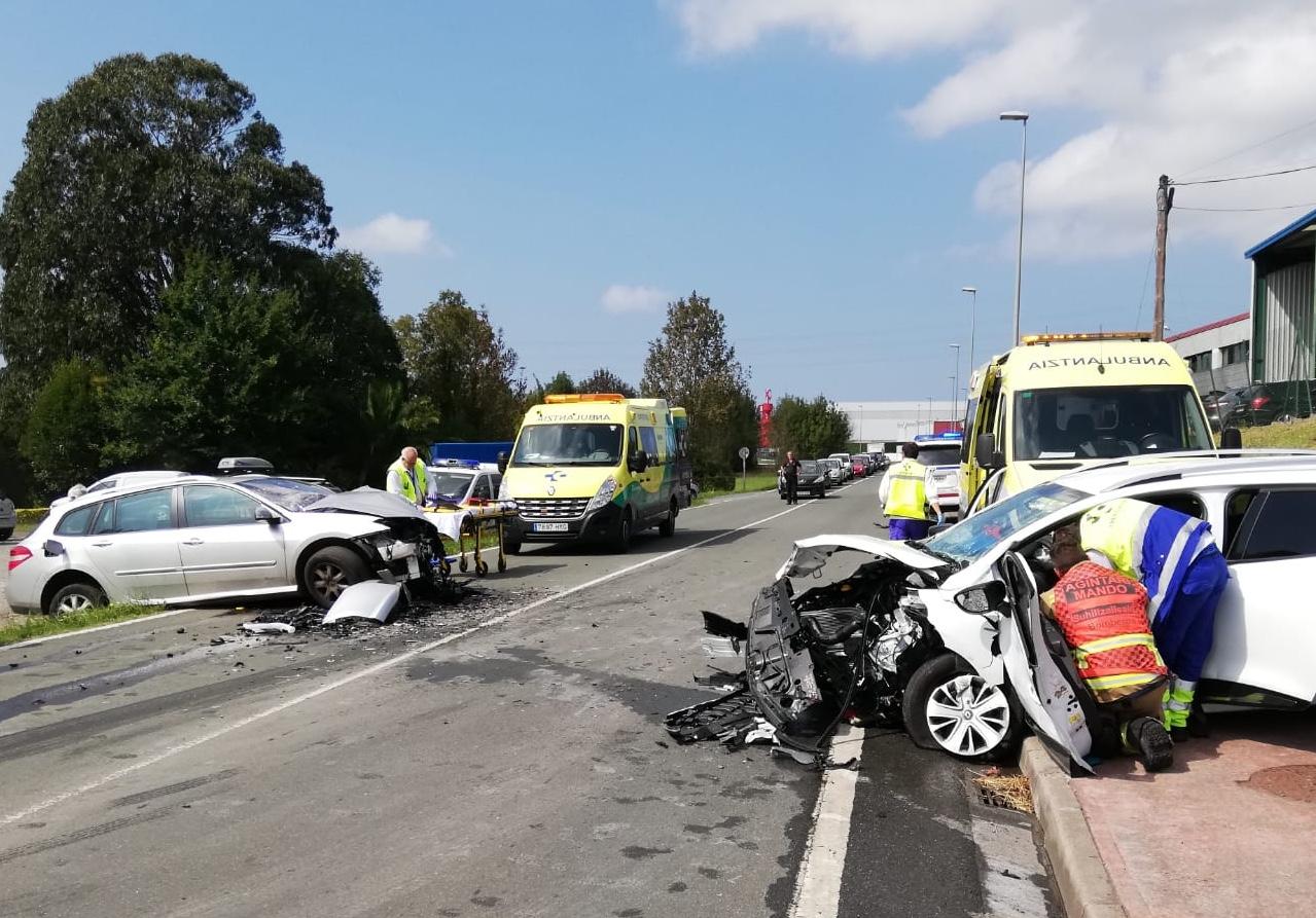 Dos heridos en un choque frontal entre dos coches en Mungia