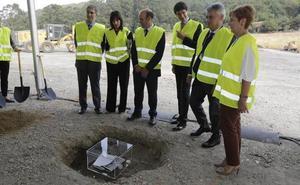 Tapia y Rementeria ponen la primera piedra de la nueva fábrica de ITP Aero