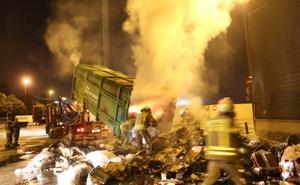 Desalojan el Decathlon de Barakaldo por el humo de un incendio de un contenedor cercano