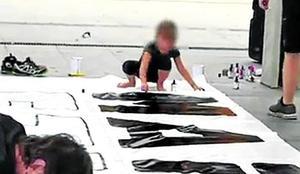 Covite denuncia el uso de niños para pintar una pancarta por una presa de ETA
