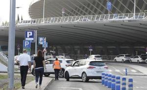 El parking del aeropuerto vuelve a la normalidad tras rozar el colapso por la mañana